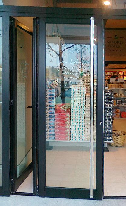 Aluminios Tecnoal - puerta de acceso a comercio y estilo moderno