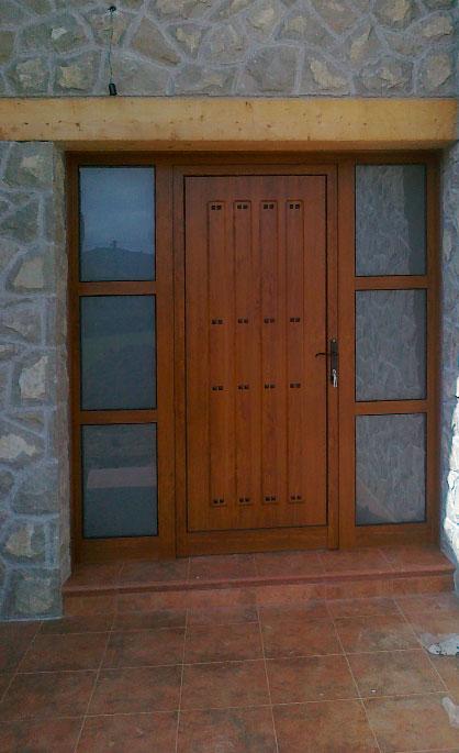 Aluminios Tecnoal - puerta en dos secciones, con dos fijos incluidos de acceso a edificio en aluminio imitación a madera y estilo moderno