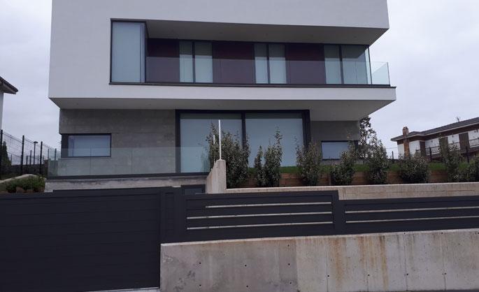 Aluminios Tecnoal - Barandilla de balconada en vidrio templado