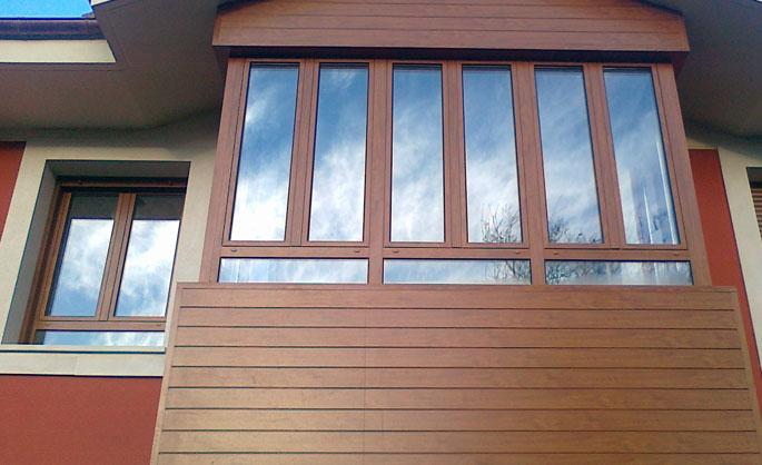 Aluminios Tecnoal - Galería en vivienda con acabado imitación a madera