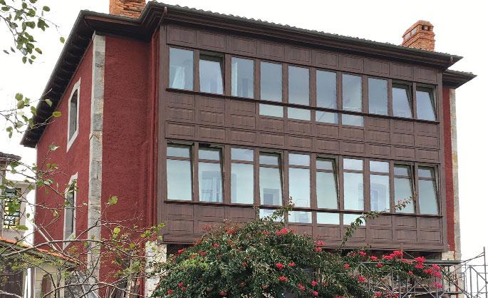 Aluminios Tecnoal - Galería en edificio de viviendas con acabado imitación a madera