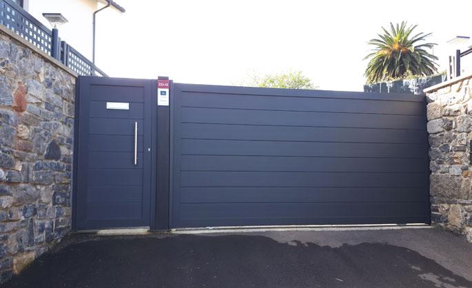 Aluminios Tecnoal - puerta cancela en color gris