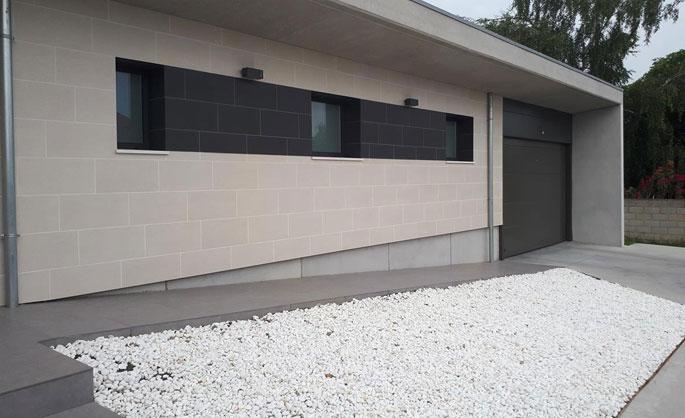 Aluminios Tecnoal - portón de acceso a garaje en aluminio color gris
