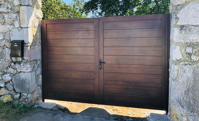 Aluminios Tecnoal - portón de acceso a garaje en aluminio imitación a madera