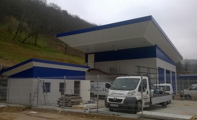 Aluminios Tecnoal - Revestimiento de fachadaen gasolinera en aluminio color blanco y azul